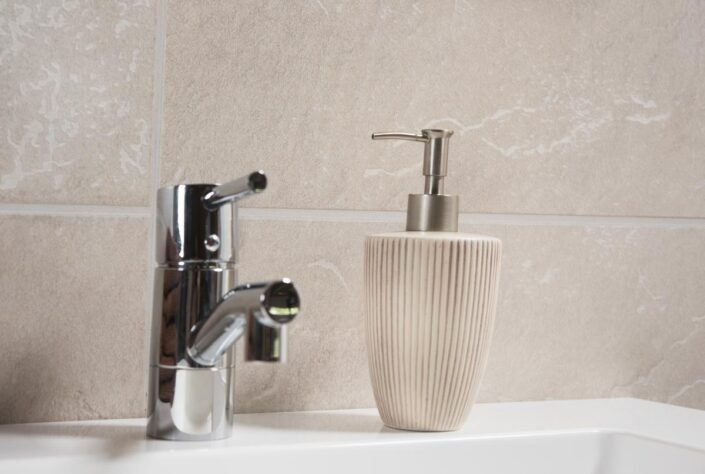 1534 Crescendo Sand Grande 7 detalje 1200px 705x474 - Fibo - panele ścienne do łazienki