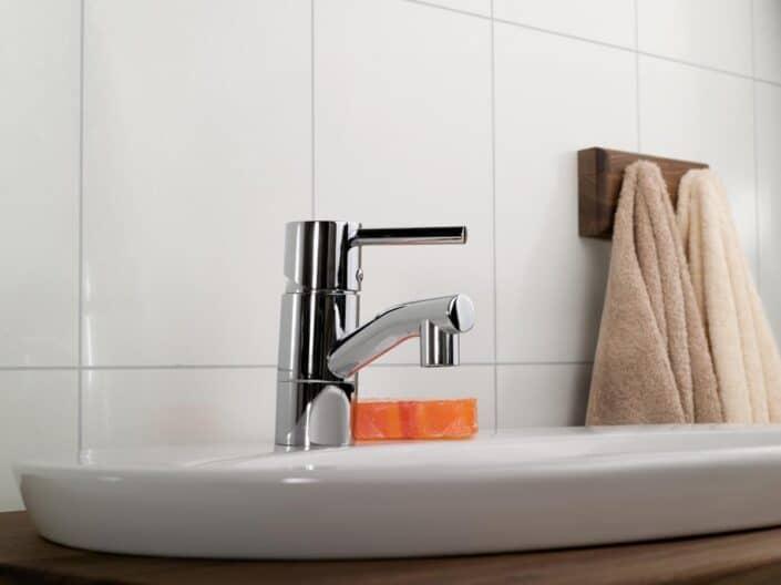 250 Ivory naerbilde av armatur og vask 088 1200px 705x528 - Fibo - panele ścienne do łazienki